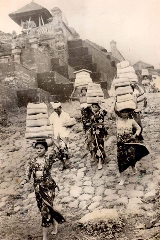 Travel in Kebaya