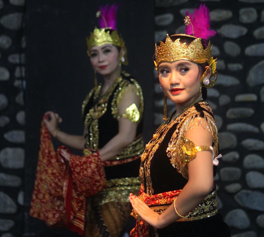 Dea dancing in Padang